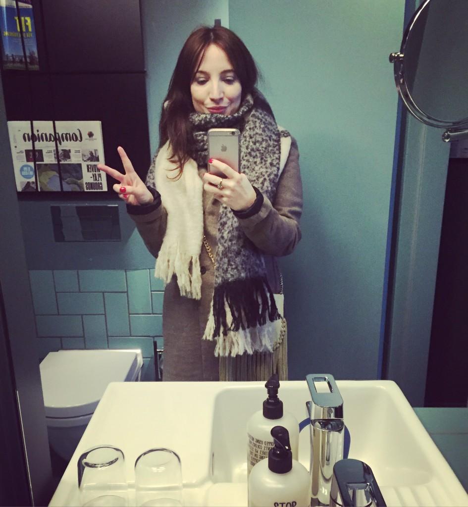 Verliebt habe ich mich in das tolle Badezimmer mit dem großen Spiegel und den besonderen Beauty-Produkten.